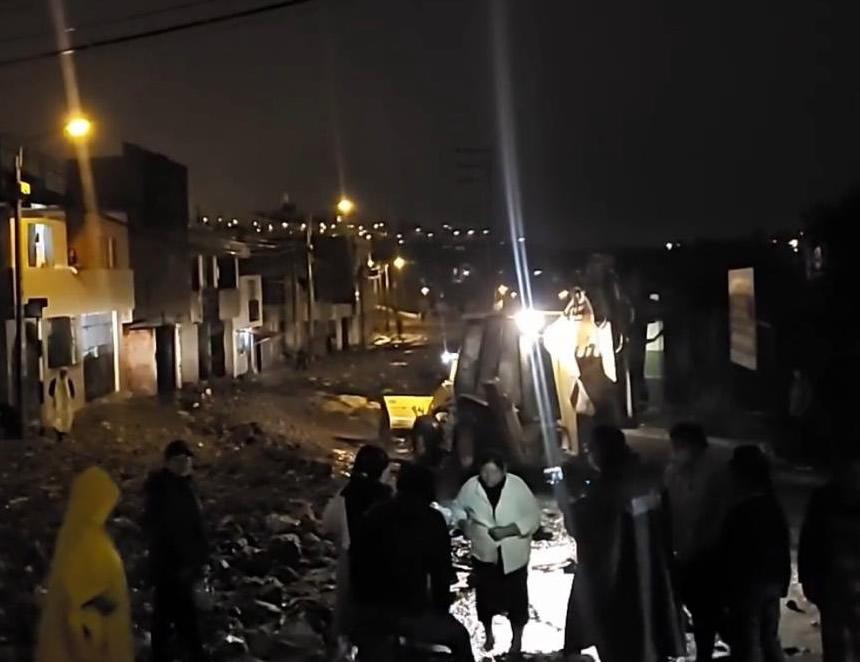 Labores de limpieza con maquinaria pesada en las vías interrumpidas por caida de huaycos en Paucarpata, Arequipa (Foto: COEN).