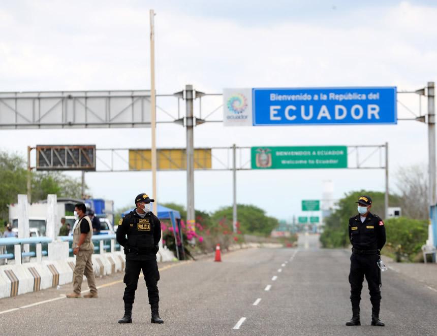 Policías en el puente que une a Perú y Ecuador (Foto: Mininter).