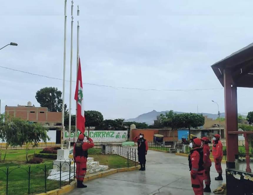 Izamiento de la bandera nacional a media asta en Lurín (Foto: Municipalidad de Lurín).