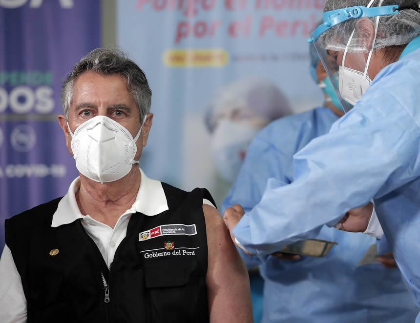 Francisco Sagasti recibe la primera dosis de la vacuna contra la covid 19 (Foto: Presidencia ded a República)