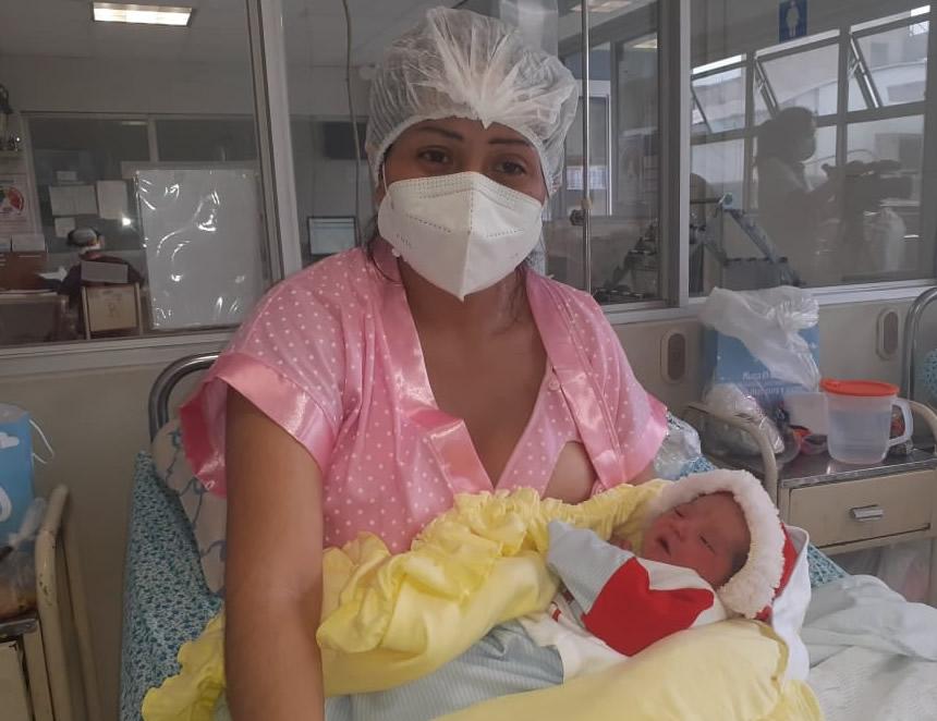 Mujer con bebe recién nacido en el Instituto Nacional Materno Perinatal (Foto: INMP).