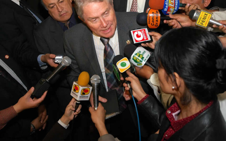 Luis Palau es abordado por la prensa peruana en una de sus visitas a la ciudad de Lima (Foto: Asociación Luis Palau).