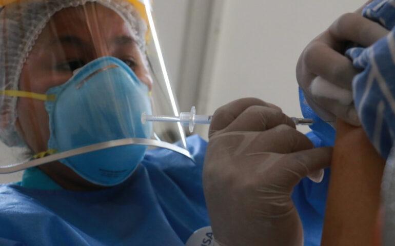 Enfermera aplica vacuna contra la covid 19 (Foto:MINSA).