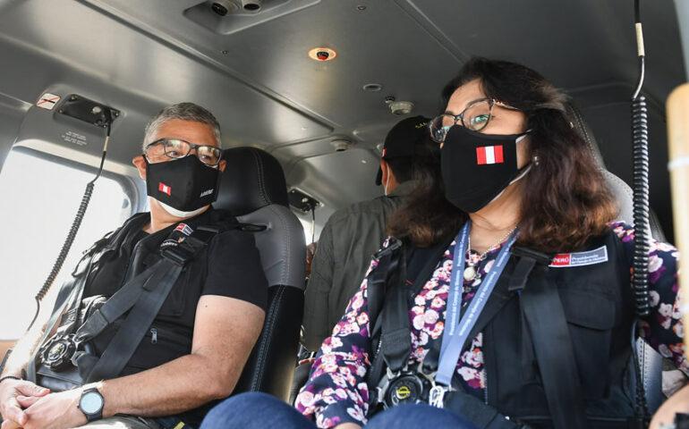 La presidenta del Consejo de Ministros, Violeta Bermúdez, y el ministro del Interior, José Elice, sobrevolaron Lima para supervisar el cumplimiento de la inmovilización social obligatoria (Foto: Mininter).