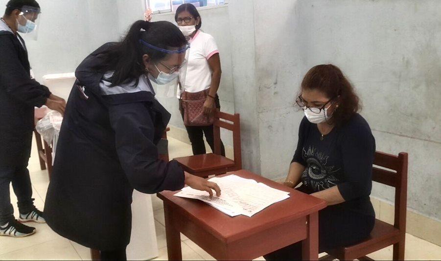 Defensoría no quiere que se exija al elector bajarse la mascarilla en la votación (Foto: ONPE).