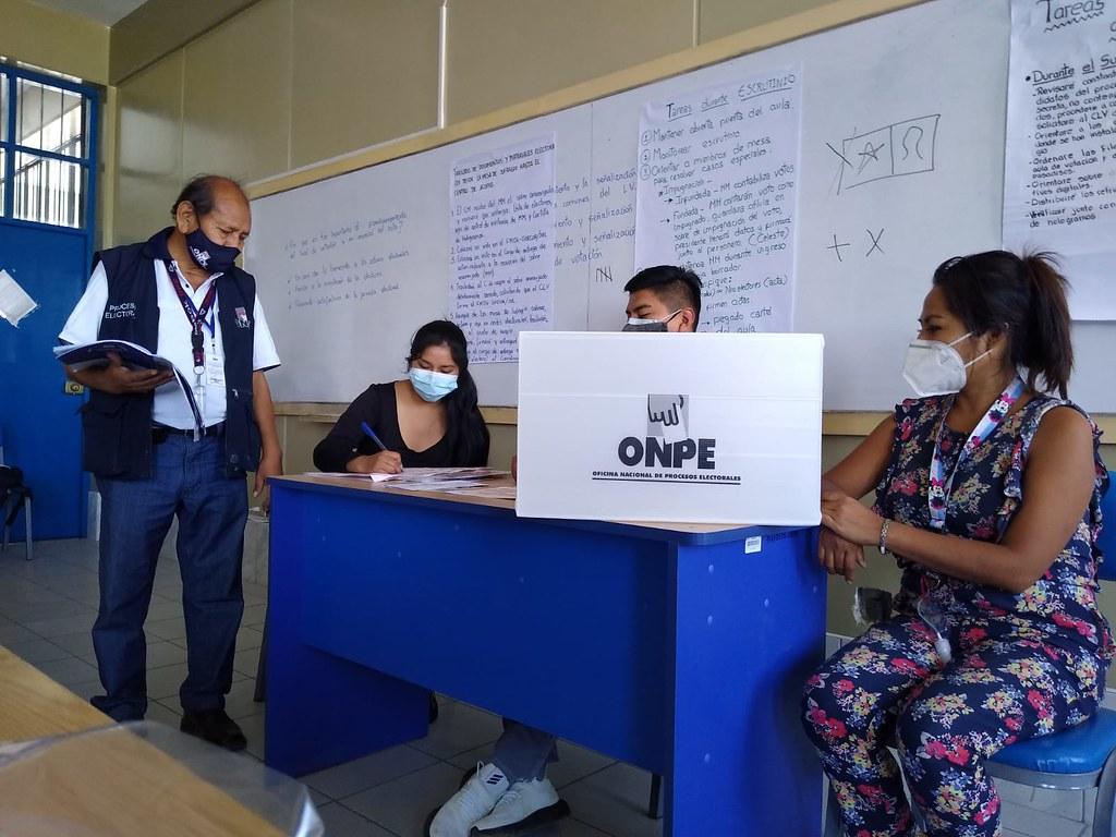 Preparativos para la votación en mesa (Foto: ONPE).