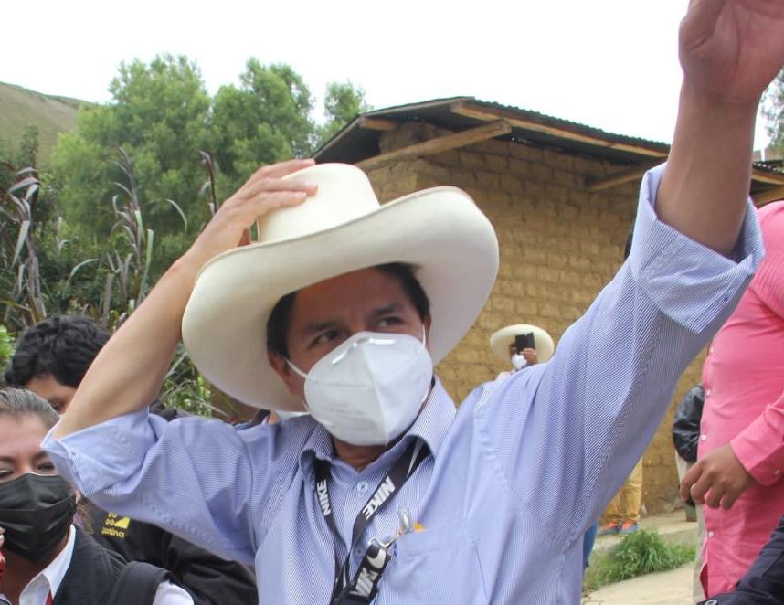 Pedro Castillo recibe vivas después de votar en el distrito de Tacabamba, Cajamarca (Foto: agencia andina).