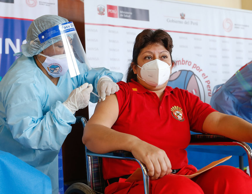 Comenzó la vacunación contra la COVID-19 de los miembros del Cuerpo General de Bomberos Voluntarios del Perú (Foto: Minsa).