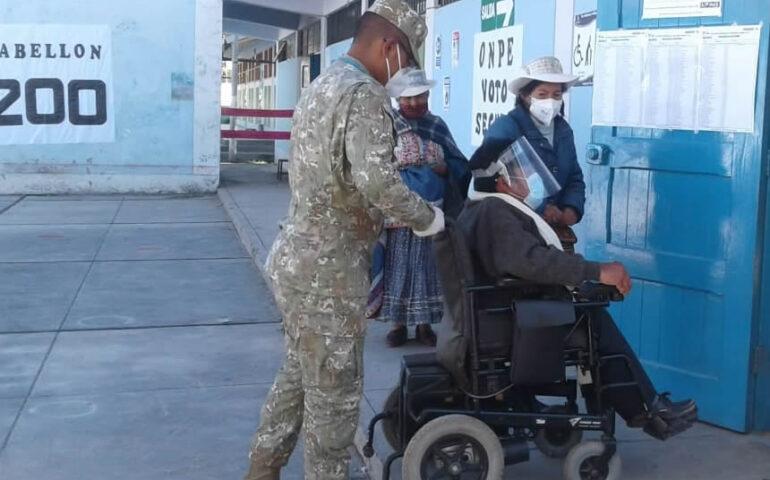 Miembro de las FFAA brinda apoyo a votante durante elecciones (Foto. ONPE).