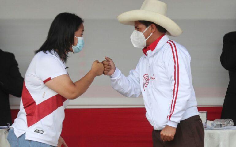 Keiko Fujimori y Pedro Castillo intercambian saludos al final del debate en Chota (Foto: agencia andina).