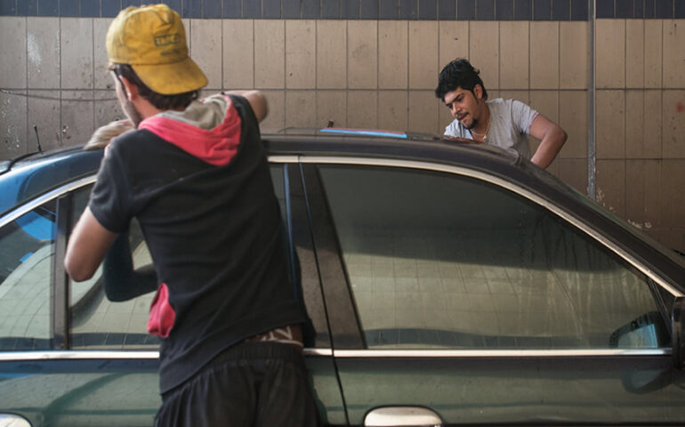 Jóvenes migrantes en plena faena laboral (Foto: OIT).