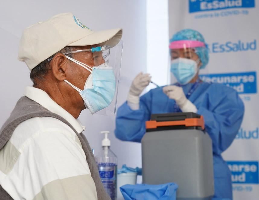 Ministerio Público inicia investigación ante presuntos casos de vacunación con jeringas vacías (Foto: EsSalud).