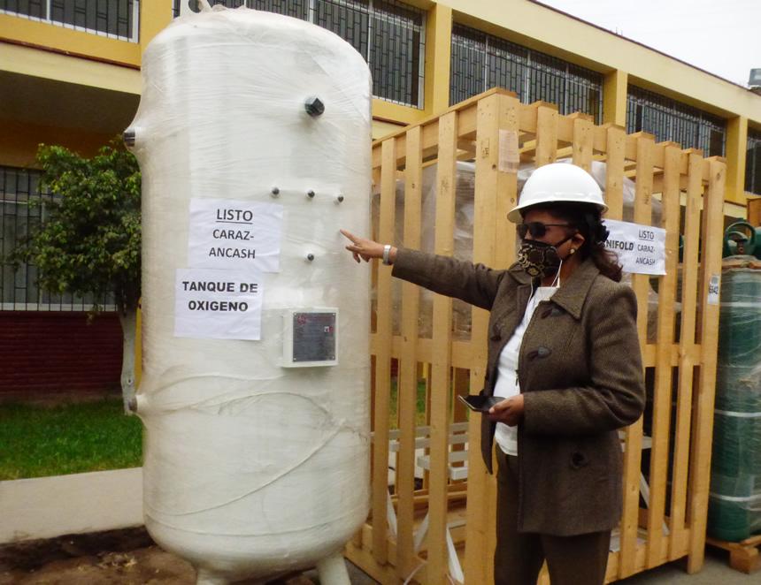 Rectora Luz Eyzaguirre muestra las plantas inoperativas que están listas para ser instaladas en hospitales del Minsa (Foto: agendapais.com)