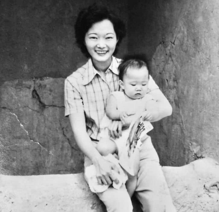 Susana Higuchi sostiene en sus brazos a su primogénita, Keiko Fujimori (Foto: Cuenta Facebook).