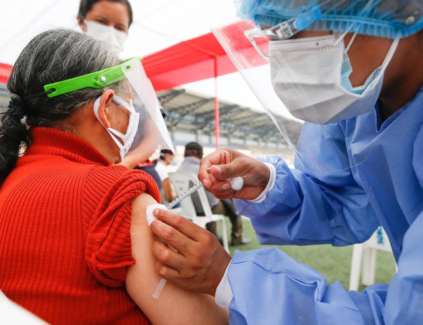 Vacunación a la tercera edad (Foto: MInsa).