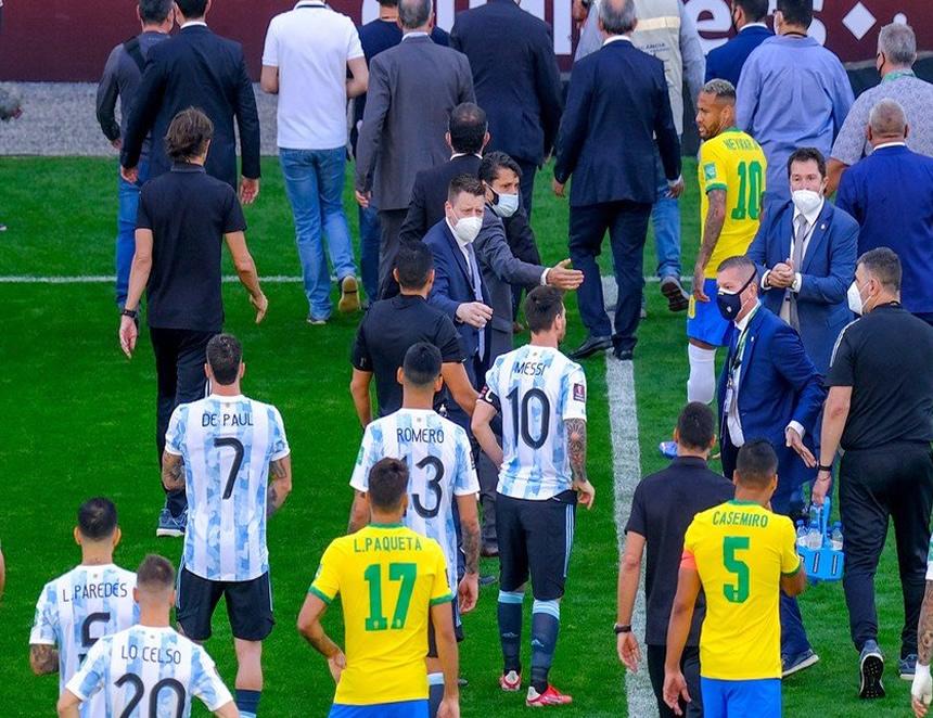 Desconcierto en el gramado del Estadio Corinthians, en São Paulo por suspensión del Argentina-Brasil (Foto: Xinhua)