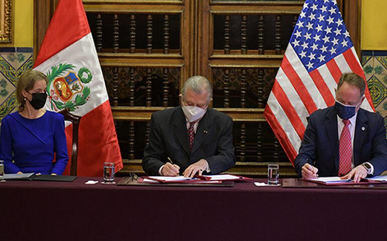 El ministro de Relaciones Exteriores, Óscar Maúrtua, y el director de USAID en el Perú, Jene Thomas firman convenio (Foto: pe.usembassy.gov).