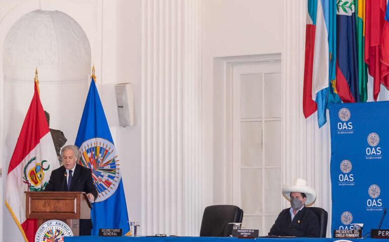 Luis Almagro pronuncia discurso en presencia de Pedro Castillo (Foto: OEA)
