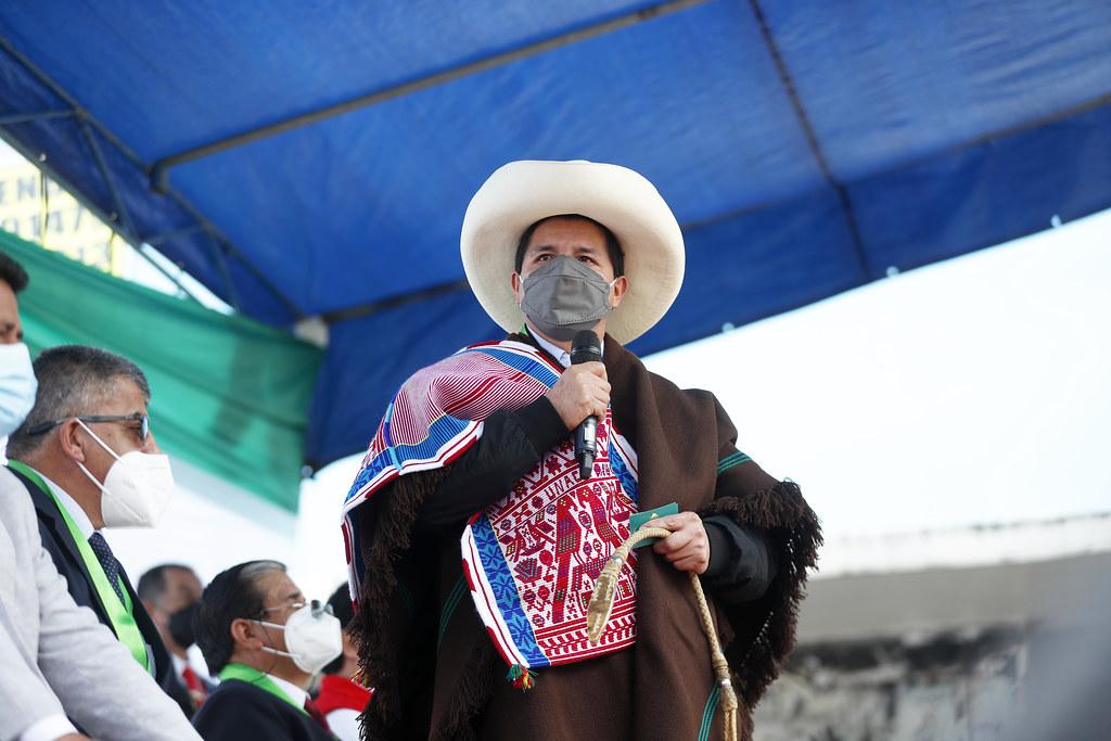 Pedro Castillo con binza en la mano (Foto. Presidencia de la República).