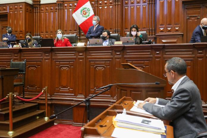Momentos en los que Iber Maraví contesta el pliego intgerpelatorio en su contra (Foto: Congreso de la República).